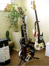 事務所のギターとベース