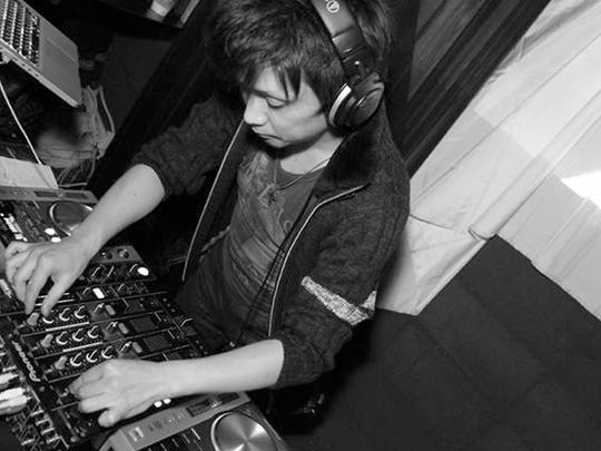 DJをする山本さん
