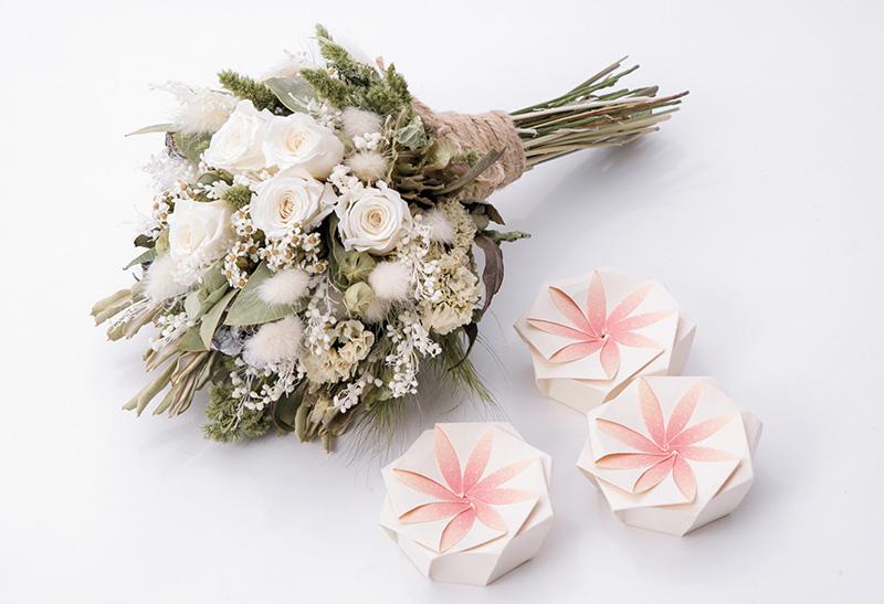 遺骨を入れた和紙と花