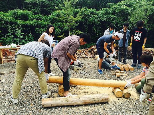 木を切る参加者たち
